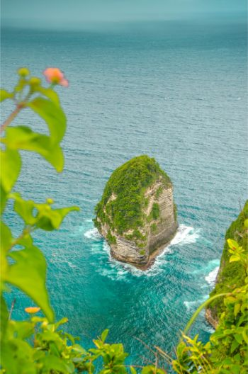 single rock at the shore of Nusa Penida