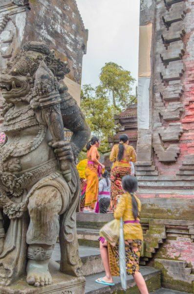 temple goers in bali Pura Tirta Empul