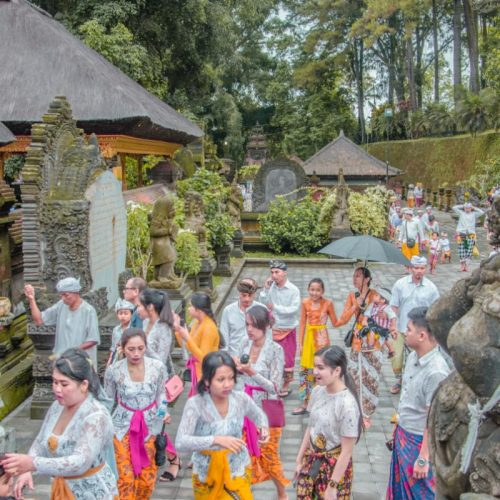 praying at Pura Tirta Empul